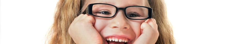 enfant portant une lunette